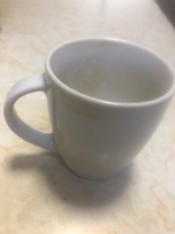 茶渋のついたカップ